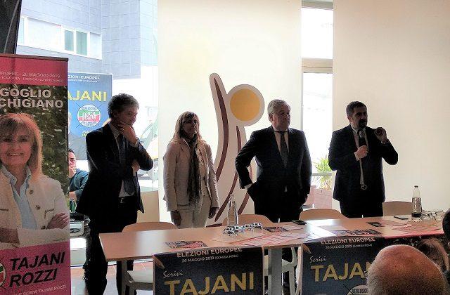 Il presidente del Parlamento europeo Antonio Tajani con alcuni esponenti di Forza Italia