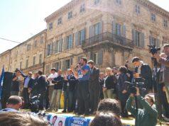 Matteo Salvini durante il comizio elettorale: accanto a lui il candidato a sindaco di Osimo Alberto Maria Alessandrini e la sua squadra