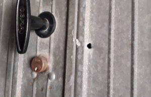 Il foro fatto in un garage per rubare bici in via Ungaretti