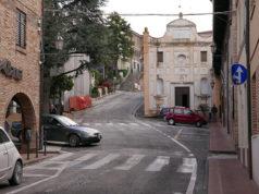 Castelleone: piazza Principe di Suasa e viale della Repubblica, sullo sfondo la chiesa del SS. Crocifisso (anche detta chiesa di S. Francesco di Paola)