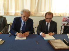 Il rettore dell'Univpm Sauro Longhi e il Dirigente Generale del Mise Carlo Sappino firmano l'accordo