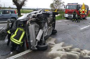 L'auto ribaltata sulla statale Adriatica a Montemarciano