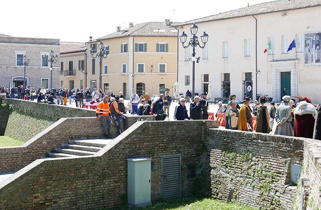 Il pubblico della Mille Miglia in piazza del Duca