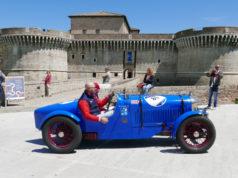 Il passaggio delle auto storiche davanti la Rocca roveresca