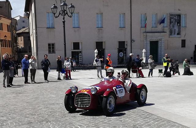 La Mille Miglia passa in piazza del Duca