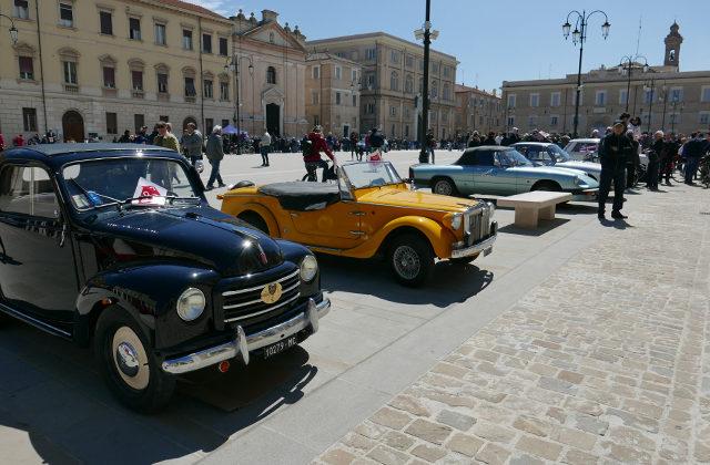 Le auto storiche della Mille Miglia 2019 in piazza Garibaldi a Senigallia