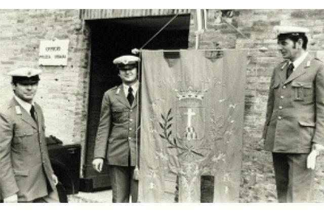 La Polizia Municipale di Ostra nel 1979: gli agenti Pettinari, Pambianchi e Landi mostrano il gonfalone