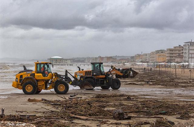 Ruspe al lavoro per ripulire la spiaggia di Senigallia dalle tonnellate di detriti dovute al maltempo del 12 e 13 maggio. Foto di Carlo Torelli