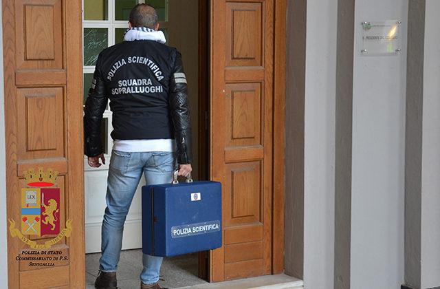 La Polizia Scientifica al municipio di Senigallia per il tentativo di intrusione