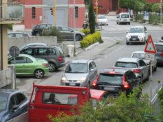 Auto ferme al semaforo in via Cilea: i residenti chiedono una rotatoria