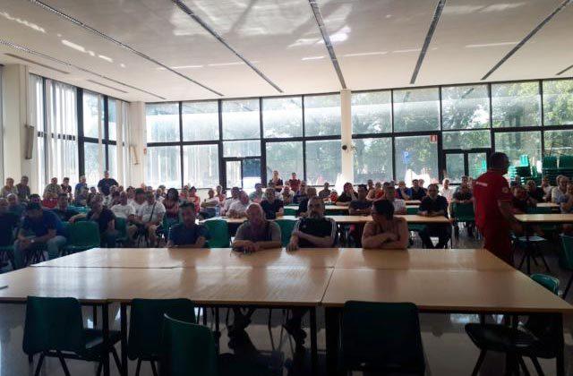 L'assemblea dei lavoratori alla JP Industries di Fabriano