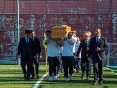 La bara di Stefano Lucarini portata in spalla dai giocatori dell'Unione Rugbistica Anconitana
