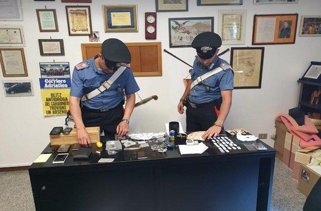 I carabinieri con il materiale sequestrato