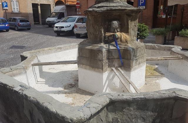 La fontana in piazza Quintino Sella, a Fabriano