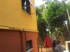 La vicina di casa indica la finestra dell'anziana che aveva notato aperta