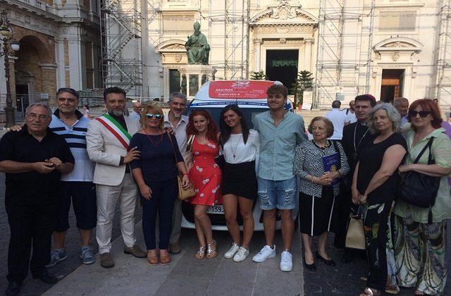 Gli attori coinvolti alla donazione del mezzo in piazza della Madonna