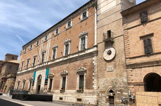 Il Comune di Osimo in piazza Boccolino