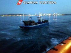 L'imbarcazione intenta nella pesca vicino la raffineria Api di Ancona