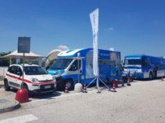 Il camper di Autostrade per l'Italia e il pullman della Polizia di Stato