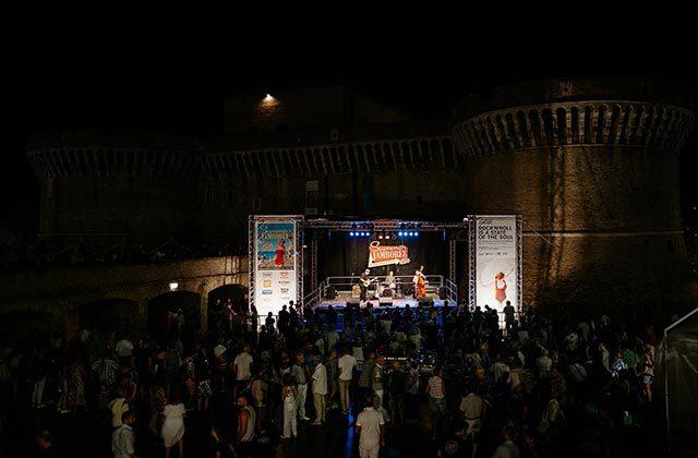 Live sotto la Rocca di Senigallia per il Summer Jamboree 2019. Foto di Matteo Crescentini