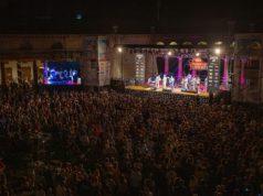 Il main stage del Summer Jamboree di Senigallia al foro annonario, gremito per Ray Collins' Hot Club. Foto di Guido Calamosca