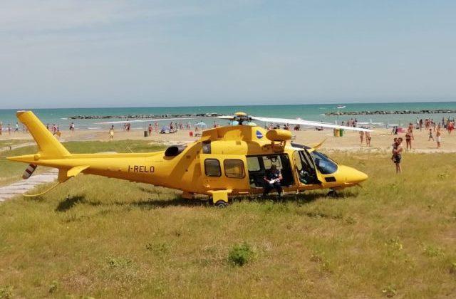 L'eliambulanza sulla spiaggia di Senigallia