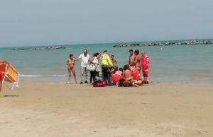 I soccorsi alla persona colta da malore sulla spiaggia di Senigallia