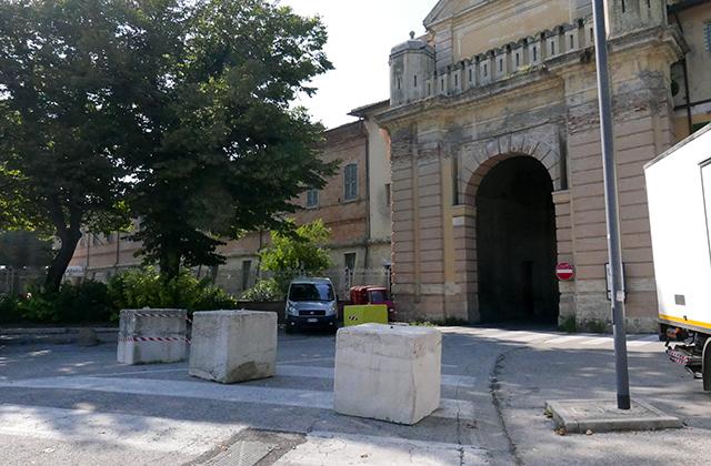 I blocchi di cemento al varco di accesso al centro storico di Senigallia