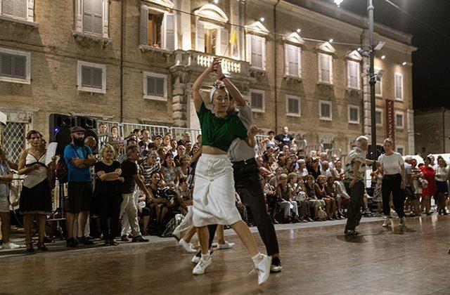 La gara di ballo a squadre del Summer Jamboree 2019 in piazza Garibaldi. Foto di Guido Calamosca
