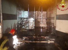 L'intervento dei Vigili del fuoco per l'incendio a un semirimorchio al casello A14 a Loreto
