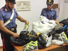 La merce posta sotto sequestro dai Carabinieri agli ambulanti abusivi sulla spiaggia di Senigallia