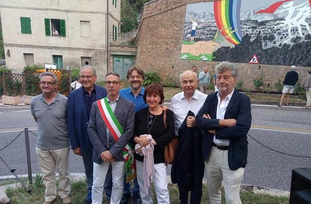 L'inaugurazione del murale realizzato ad Arcevia dall'artista Leonardo Cemak