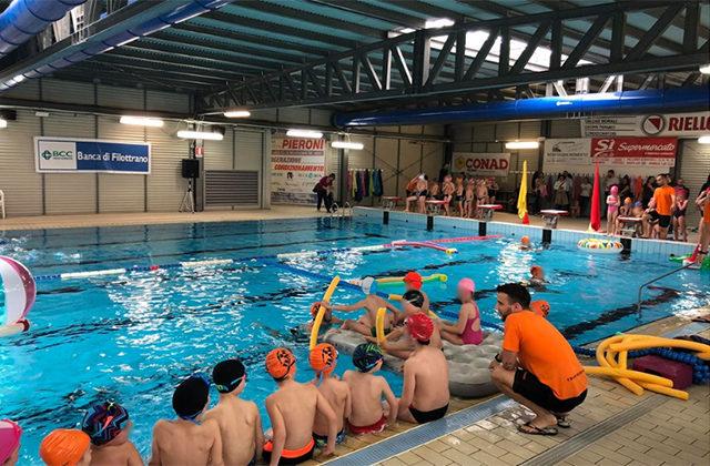 Attività nella piscina comunale a Osimo