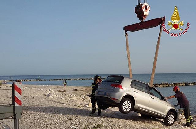Il recupero di un'auto finita sugli scogli a Marina di Montemarciano