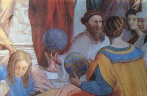 """Con un globo stellato in mano, il personaggio identificato come Angelo Colocci nella """"Scuola di Atene"""". Vicino a lui, rivolto all'osservatore, l'autoritratto dell'autore Raffaello"""
