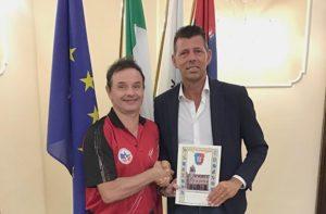 Il sindaco di Senigallia Maurizio Mangialardi con il pongista Renato Casini: da 35 anni affezionato turista grazie al tennistavolo