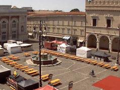 La piazza di Pesaro con i mercatini etnici