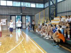 Coach Christian Rapanotti mentre istruisce le ragazze della Thunder Matelica Fabriano durante un allenamento