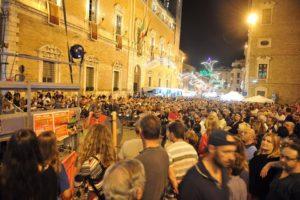 La gente in piazza ieri sera