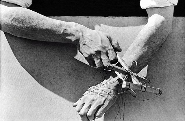 Tina Modotti, Le mani del burattinaio