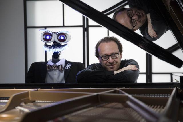 Roberto Prosseda e il collega robot TeoTronico