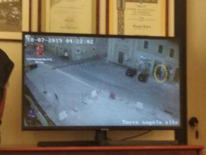 Il ladro inquadrato dalle telecamere