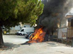 L'auto in fiamme davanti all'ufficio postale di Camerano