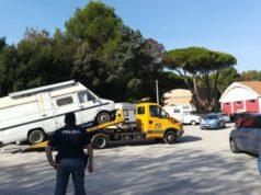 Il blitz in via dell'Acquedotto a Pesaro, con la rimozione dei camper