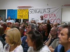 Gli striscioni contro l'impianto per rifiuti al Cesano di Senigallia