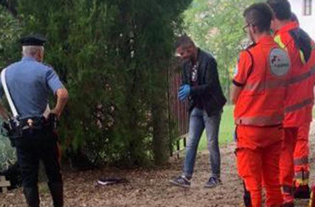 I carabinieri e i soccorritori della Croce Gialla di Agugliano sul luogo del rinvenimento