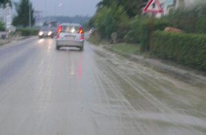 Il maltempo ha riversato molto fango sulla provinciale Arceviese a Casine di Ostra