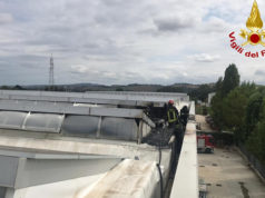 I Vigili del fuoco hanno domato l'incendio sul tetto di un capannone industriale a Osimo