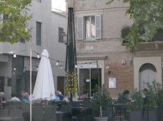 E' stato dato alle fiamme l'ombrellone esterno di un locale in piazza Simoncelli