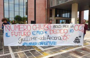 Lo striscione degli studenti del Gulliver contro l'accesso a numero chiuso nelle università